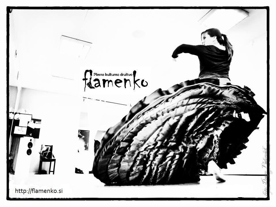 Zakaj flamenko? Ker lahko plešeš sam_a, ker si lahko poiščeš svojo svobodo v plesu, ker se igraš s poslušanjem in slišanjem, ker je tvoje telo hkrati tudi instrument, ker spoznavaš novo glasbo in ples, ker si vedno dovolj, ker je pač ples ena velika radost in svoboda. Plus je pa zagotovo tudi kondicija, ki pride zraven 🙂  Nenazadnje pa tudi zato, ker je po treningu zelo fino zaviti na kavo ali pivo v družbi soplesalcev, v najboljši lokalček za vogalom, ane Mestna Faca 🙂 * Dan odprtih vrat PKD Flamenko bo v ponedeljek, 14. 9. 2019 ob 18:00! Start sezone za višje skupine je prav tako v ponedeljek 14. 9., po urniku. Na ta dan vabimo vse, ki vas zanimata ples in flamenko, na brezplačno spoznavno uro in predstavitev programov z Ano Pandur! Pri nas je moč najti:  -tečaje flamenka za odrasle  -plesno-gibalno raziskovalnico preFlamenko za otroke -klase sodobnega flamenka in koreografske delavnice  -klase bata de cola